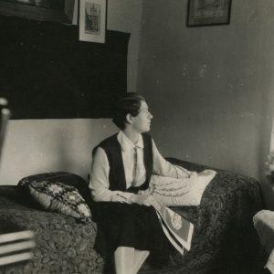 """Kurį laiką su pertraukomis Gražutė Šlapelytė dėstė lietuvių ir lenkų kalbas, Lietuvos geografiją ir Lenkijos istoriją Vytauto Didžiojo ir Švenčionių gimnazijose. Ši nuotrauka padaryta """"Švenčionių mokytojos"""" kambarėlyje. Kitoje pusėje Gražutės ranka juodu rašalu užrašyta: """"Švenčianska naučycielka"""" Švenčionyse 1932-VI-26 d."""""""