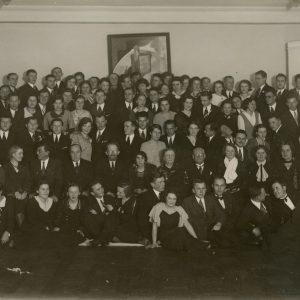 Grupinė Vilniaus studentų nuotrauka. 1934 m. Fotografas M. Maskin. Gražutė Šlapelytė – pačiame trečios eilės viduryje.