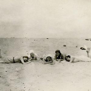 Gražutė su keturiom draugėmis Palangoje guli ant paplūdimio smėlio. 1935 (?) m. Gražutė Šlapelytė – viduryje.