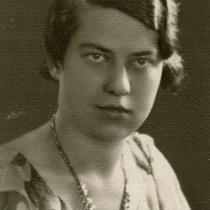 """Gražutės Šlapelytės portretas. 1938 (?) m. Antroje pusėje M. Šlapelienės užrašas – """"Gražutė-Marija Šlapelytė-Sirutienė / Gim. Vilniuje 1909.X.29 d.""""."""