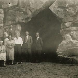 Gražutė Šlapelytė su grupe jaunimo prie Lurdo Birutės kalne Palangoje. 1933 m. Gražutė stovi iš kairės antroje eilėje.