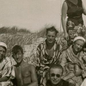 Gražutė Šlapelytė su jaunimu Palangos kopose po maudynių jūroje. 1933 (?) m. Gražutė Šlapelytė – pirma iš kairės.