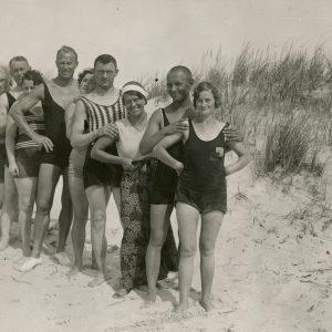 Dešimt jaunuolių linksminasi Palangos kopose, sustoję vorele. Gražutė Šlapelytė stovi trečia nuo apačios. 1933(?) m.
