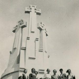 """Pulkas jaunimo užkopę į klaną prie Trijų kryžių. Gražutė sėdi ant žolės pirma iš dešinės. Kitoje pusėje: """"Vilnius 1933-VI-22 d."""""""