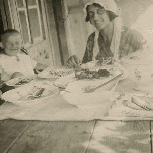 Gražutė Šlapelytė su savo vyresniosios sesers Laimutės Graužinienės pirmagime dukra Laimute šeimos vasarnamyje Valakampiuose, 1931(?).