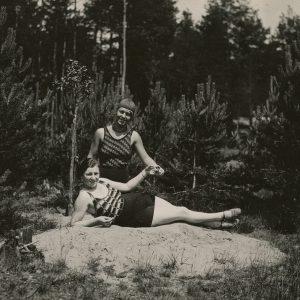 """Gražutė su drauge pajūrio pušynėlyje. Kitoje pusėje pieštuku Gražutės užrašyta: """"1931-VI-18d. Koks gyvenimas saldus!""""."""