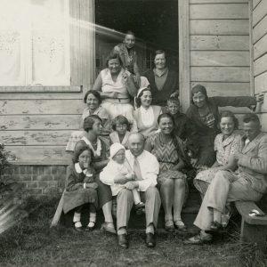 Gražutė Palangoje poilsiautojų kompanijoje. 1931m.? Gražutė sėdi antroje eilėje pirmoji iš kairės.