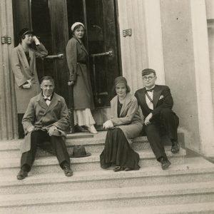 Gražutė su studijų draugais. Apie 1931 m. Tai Gražutės studijų Stepono Batoro universitete metai. Gražutė stovi atsirėmusi į sieną.