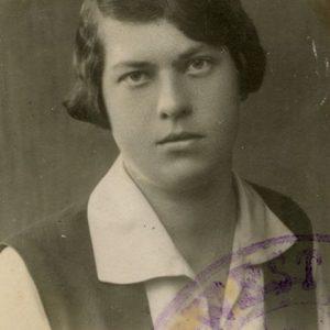 """Greičiausiai tai yra nuotrauka, padaryta baigus Vytauto Didžiojo gimnaziją ir stojant į Stepono Batoro universitetą, 1928 (?) m. Antroje pusėje J. Šlapelio ranka užrašyta lenkų kalba: """"Szlapelisowna Grazute"""" ir M. Šlapelienės ranka: """"Tėvelio užrašyta""""."""