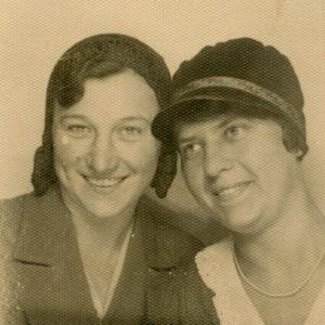 Gražutė su drauge Onute Palevičiūte. 1931 m. Vilniaus universiteto studentės.