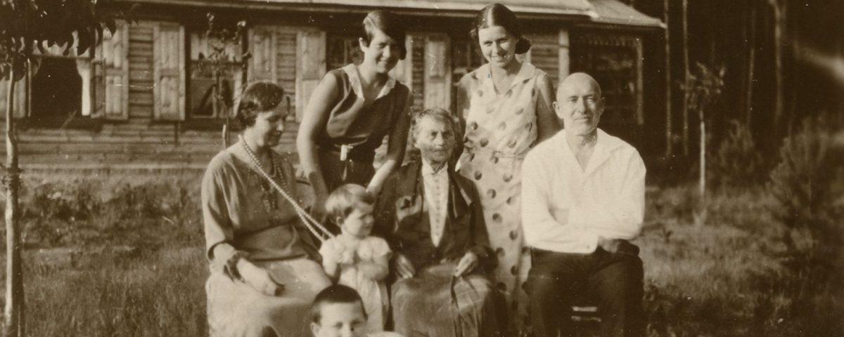 """Šlapelių šeima savo vasarnamyje Valakampiuose, 1932 m. Antroje pusėje Marijos Šlapelienės ranka juodu rašalu užrašyta: """"Šlapeliai – 1932 m. Vilniuje – vasarą savo vasarnamyje –Valakampiuose… Mylimajai Gražutei ir – Aloyzui – naujam bute – daug daug linkėjimų – stiprių sveikatų – sėkmės – laimingiems linksmai – gyventi! Gražutei – po 40 m. prisiminimui. – Karštai mylinti – su laiminimais – Vilniuje 1972.VI.1 d. Nuo visų čia artimųjų – irgi daug linkėjimų…"""""""