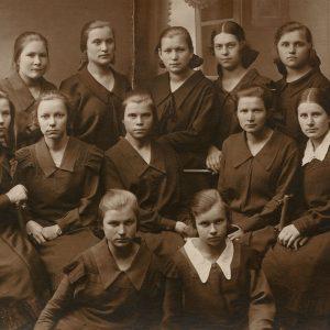 """Gražutė Šlapelytė su gimnazistėmis, 1925 m., Fotografas M. Grossman. Gražutė stovi trečioje eilėje, antra iš dešinės. Antroje pusėje G. Šlapelytės užrašas – """"Vilnius, 1925 m. birželio m. 14 d.(VI kl.)."""""""