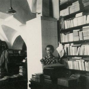 Gražutė bibliotekoje. 1939 (?) m. Tais metais ji dirbo Lituanistikos institute Kaune, o Lietuvai atgavus sostinę ji persikėlė į Vilnių, kur dirbo Lietuvių kalbos institute.
