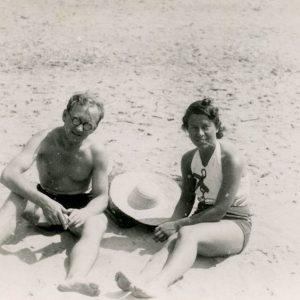Gražutės Šlapelytės ir Aloyzo Siručio draugystės pradžia. 1939 (?) m. Po kelerių metų (1942 m.) Gražutė ištekėjo už Vilniaus universiteto Teisės fakulteto studento ir Darbo inspekcijos darbuotojo Aloyzo Siručio.
