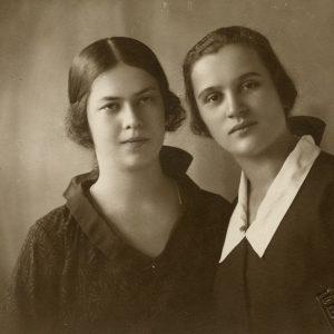 Gražutė Šlapelytė su drauge. 1928 m.? Fotografas B. Brudner.
