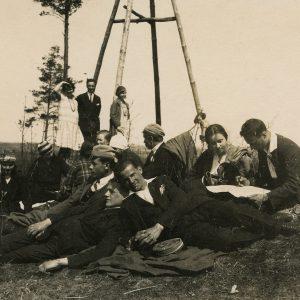 """Vilniaus studentų iškyla. 1928 m. Tarp kitų studentų antrame plane stovi Laimutė (kairėje) ir Gražutė (dešinėje) Šlapelytės. Antroje pusėje Gražutės užrašas juodu rašalu: """"Vilniaus studenterija džiaugiasi pavasariu. / 1928-V-6 d."""""""