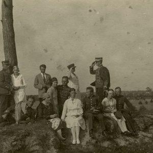 Gražutė ir Laimutė Palangoje, ant Naglio kalno. 1927 m. Trylikos žmonių kompanija pozuoja ant kalno. Gražutė klūpo ketvirta iš kairės, Laimutė sėdi antra iš dešinės.