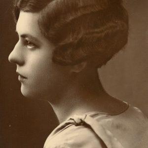 """Gražutės Šlapelytės portretas profiliu. Antrojoje fotografijos pusėje Marijos Šlapelienės ranka užrašyta: """"Dukra Gražutė Šlapelytė Vilniuje – studentė gal 1929 m ?"""""""