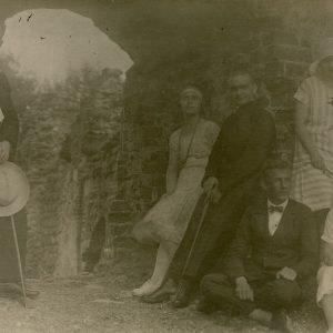 Laimutė ir Gražutė Šlapelytės su grupe draugų Trakuose 1927 m. Gražutė stovi atsirėmusi į sieną antra iš kairės, Laimutė stovi pirma iš dešinės.