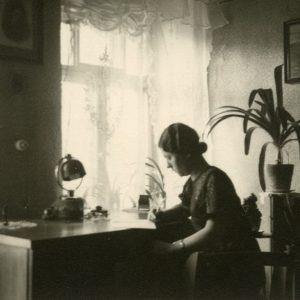 Gražutė Šlapelytė savo kambaryje. 1930 (?) m.