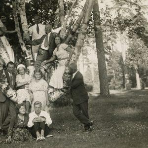 Dešimt jaunų žmonių pozuoja Palangos parke, prie beržo. Gražutė Šlapelytė – įsilipusi į beržą, aukščiausiai kairėje. 1928 (?) m.
